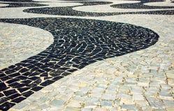 Svartvit iconic mosaik vid den gamla designmodellen på Copacaban fotografering för bildbyråer