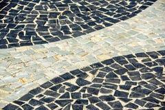 Svartvit iconic mosaik vid den gamla designmodellen på Copacaban arkivbilder