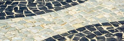 Svartvit iconic mosaik vid den gamla designmodellen på Copacaban arkivfoto