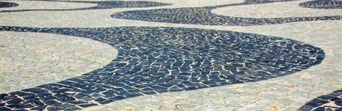 Svartvit iconic mosaik vid den gamla designmodellen på Copacaban royaltyfria foton