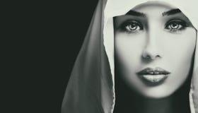 Svartvit konstnärlig closeupstående av den härliga allvarliga kvinnan royaltyfri bild