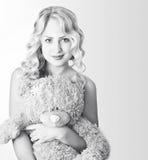 Svartvit kvinna med en nallebjörn Fotografering för Bildbyråer