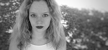 Svartvit kvinnlig tonårig stående arkivfoton