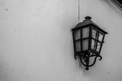 Svartvit lampa på väggen Royaltyfria Bilder