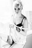 Svartvit modell för blont hår med champagne Royaltyfri Fotografi