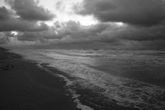 Svartvit mörk dag på stranden Royaltyfri Foto