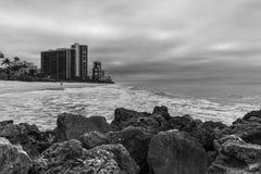 Svartvit Naples strand fotografering för bildbyråer