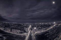 Svartvit nattplats ovanför staden arkivbilder