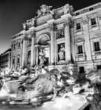 Svartvit nattsikt av Trevi-springbrunnen i Rome, Italien royaltyfri foto