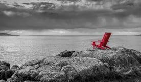 Svartvit naturbakgrund för röd stol arkivfoto