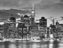 Svartvit New York City horisont på natten, USA royaltyfri foto