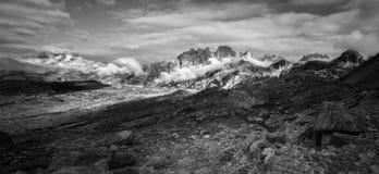Svartvit panoramautsikt av bergkanten nära Tre Cime Royaltyfria Bilder