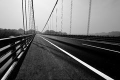 Svartvit planskild korsningbro Arkivfoton