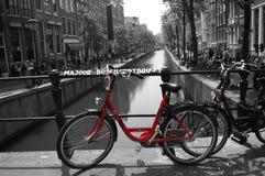 Svartvit röd cykel för Amsterdam kanal royaltyfri fotografi