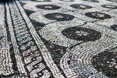Svartvit romersk mosaik föreställa en garnering Kedja fast arkivfoton