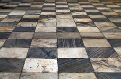 Svartvit rutig grunge för golv för perspektivsikt belägger med tegel mor Arkivbild