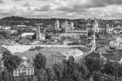 Svartvit sikt av den gamla Vilniusen Arkivbild