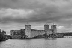 Svartvit sikt av den Olavinlinna slotten, Savonlinna, Finland Fotografering för Bildbyråer
