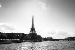 Svartvit sikt av Eiffeltorn från Seinen Arkivbilder