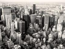 Svartvit sikt av New York City inklusive Chrysler Bui Royaltyfria Foton