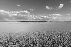 Svartvit sikt av sodavatten den torra sjön nära bagaren California royaltyfri foto