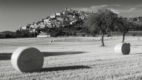 Svartvit sikt av Trevi i Umbria Italy under sommar med höbaler arkivfoto