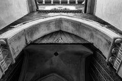 Svartvit slottdörr av Vigevano royaltyfri fotografi