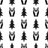 Svartvit sömlös vintermodell - Xmas-träd och ugglor Vinterskogillustration Arkivbild
