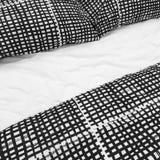 Svartvit sänglinne med kuddar Fotografering för Bildbyråer