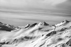 Svartvit snöig bergssida Arkivfoto