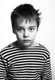 Svartvit stående av den allvarliga ledsna pojken Royaltyfri Fotografi