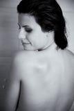 Svartvit stående av den härliga kvinnan som kopplar av i dusch Royaltyfri Bild