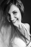 Svartvit stående av den nätta kvinnan med toothy leende Royaltyfri Foto