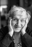Svartvit stående av en gammal kvinna fotografering för bildbyråer