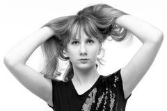 Svartvit stående av en härlig flicka i studion Fotografering för Bildbyråer