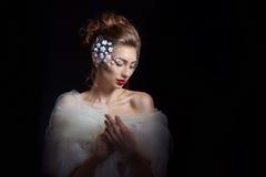 Svartvit stående av en härlig ung flicka med stora ögon med ett ledset lynne, sorgsenhet på hennes framsida med en halsduk på hen Royaltyfri Fotografi