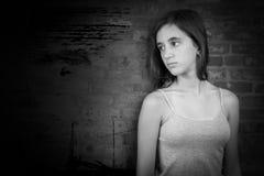 Svartvit stående av en ledsen tonårs- flicka Arkivfoton