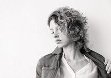 Svartvit stående av en sinnlig härlig ung kvinna arkivfoto