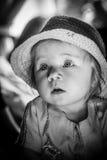 Svartvit stående av ett ungt barn Ett gulligt behandla som ett barn Arkivbilder