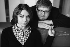 Svartvit stående av ett ungt par Fotografering för Bildbyråer