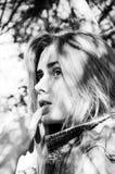 Svartvit stående av skönhet och den stilfulla unga kvinnan arkivfoton