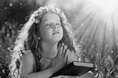 Svartvit stående ett be barn Fotografering för Bildbyråer