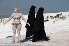 Svartvit stående: kvinnor av olika kulturer arkivfoto