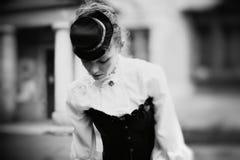 Svartvit stående för konst av tappningkvinnan Arkivfoto