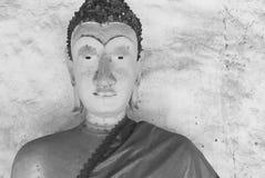 Svartvit stilbild av den gamla buddha statyn och thai konstarkitektur i Wat Aranyikawat, Ratchaburi, Thailand Fotografering för Bildbyråer