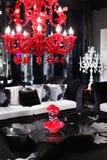 Svartvit stilfull sofa, kaffetabell Arkivbild
