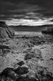 Svartvit stormig strand Cornwall Arkivfoton