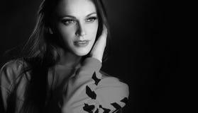 Svartvit studiostående av den härliga kvinnan arkivfoto