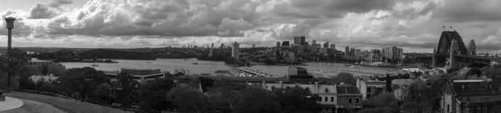 Svartvit Sydney Harbour bropanorama Fotografering för Bildbyråer