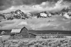 Svartvit Teton bergskedja med den Moulton ladugården Royaltyfria Bilder